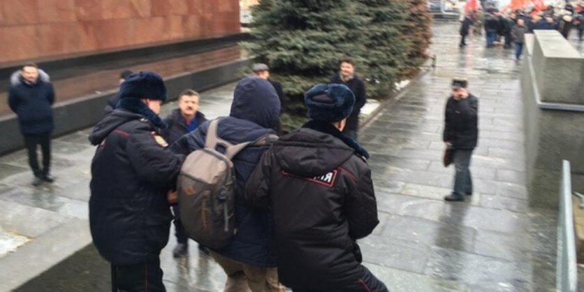 В Москве задержали активистов, бросивших цветы в памятник Сталину
