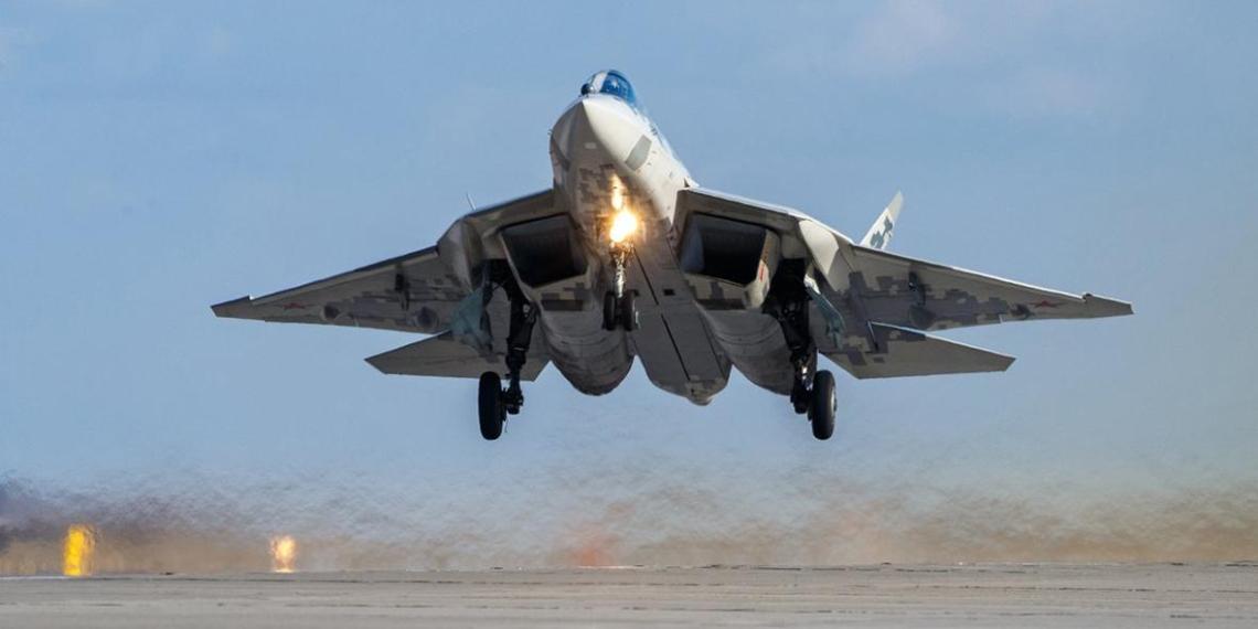 Popular Mechanics назвал победителя в бою Су-57 и китайского J-20
