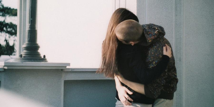 Россиянин украл цепочку при помощи зубов, целуя и обнимая девушку