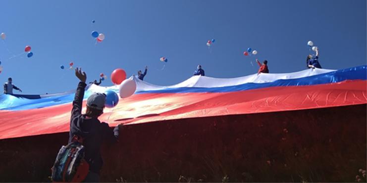 В Чите на Титовской сопке развернули огромный флаг
