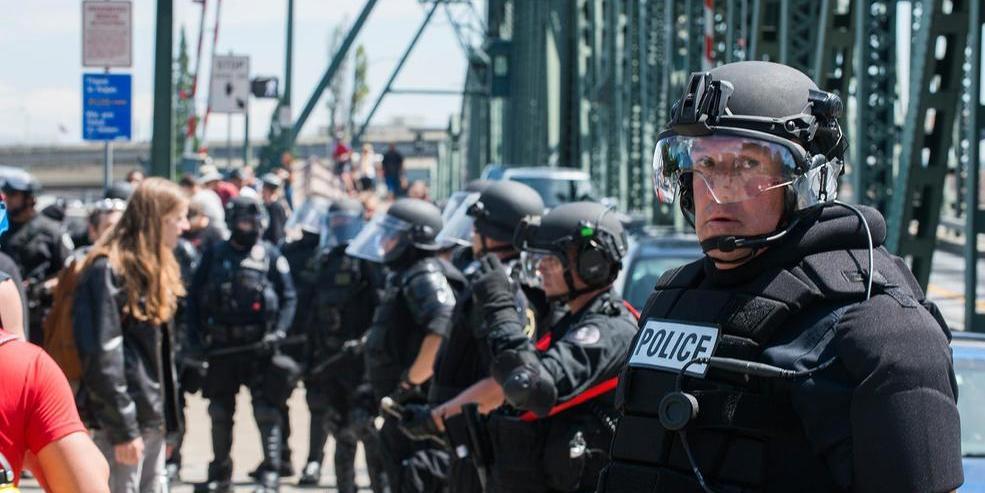 В США полицейские напали на российских журналистов