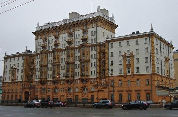 """Голый мужчина пытался """"скрыться от слежки"""" в московском посольстве США"""