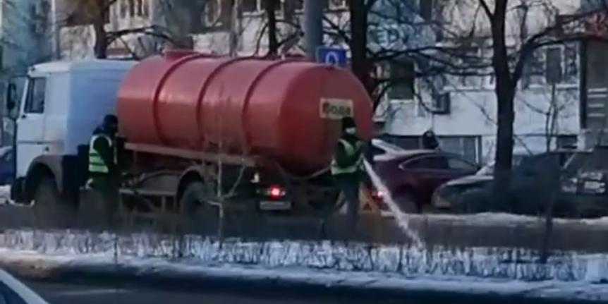 В Челябинске сняли поливающих клумбу коммунальщиков в –8
