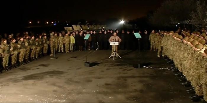 После награждения у Порошенко украинских военных оставили встречать 2017 год в холодном ангаре