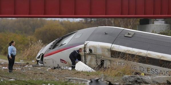На востоке Франции пассажирский поезд упал в реку: есть жертвы