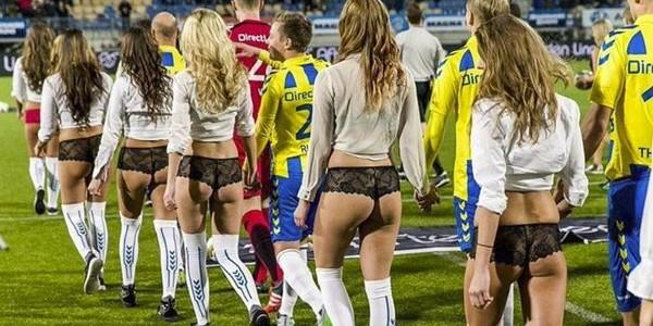 Голландские футболисты променяли детей на моделей в нижнем белье