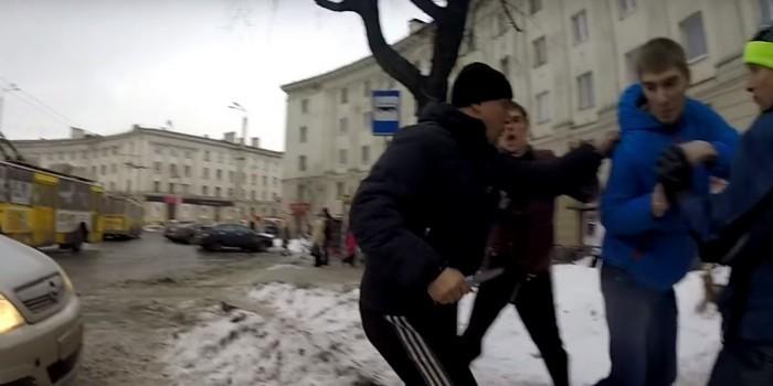 """В Петрозаводске водитель ударил ножом активиста """"Стопхама"""""""