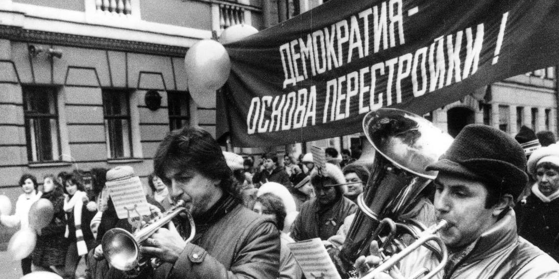 """Каждый четвертый россиянин отнес себя к """"жертвам перестройки"""""""
