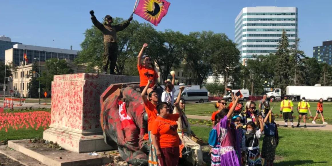 В Канаде представители коренных народов сбросили с постаментов статуи британских королев