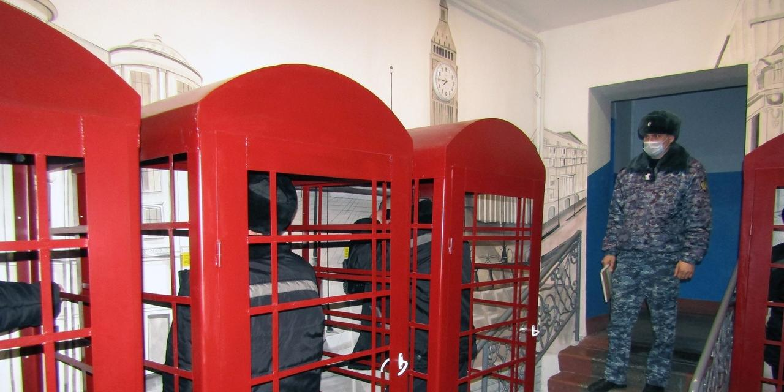 """В новосибирской колонии установили красные будки и нарисовали Биг-Бен """"для передачи атмосферы Лондона"""""""