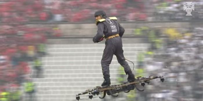 Видео дня: мужчина пролетел на дроне над стадионом и доставил мяч судье