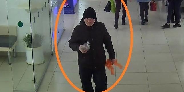 В пельменной Кирова мужчина обворовал не дождавшуюся клубнички подругу