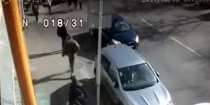 В Москве агрессивный водитель BMW X5 напал на женщину с детьми