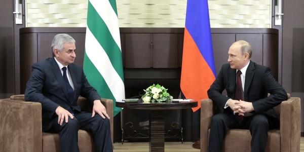 В Грузии и НАТО остались недовольны визитом Путина в Абхазию
