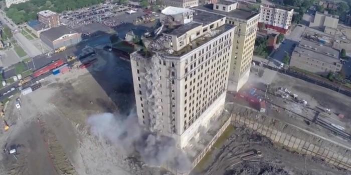 Снос исторического здания в Детройте сняли с беспилотника (ВИДЕО)