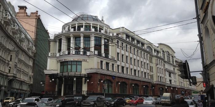 Сотрудники ВШЭ отказались посещать МГЮА из-за мемориальной доски Сталину