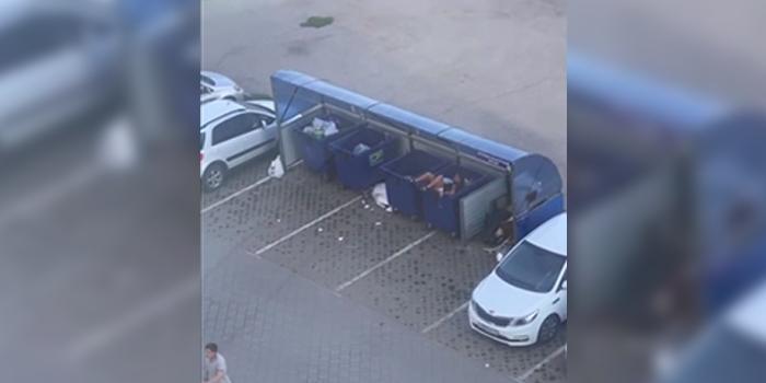Омич поссорился с девушкой и выбросил ее в мусорный бак