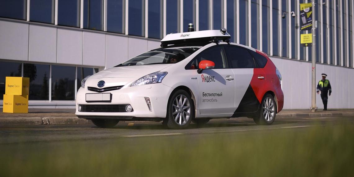 """Минэкономразвития и """"Яндекс"""" запустят коммерческое такси без водителя"""