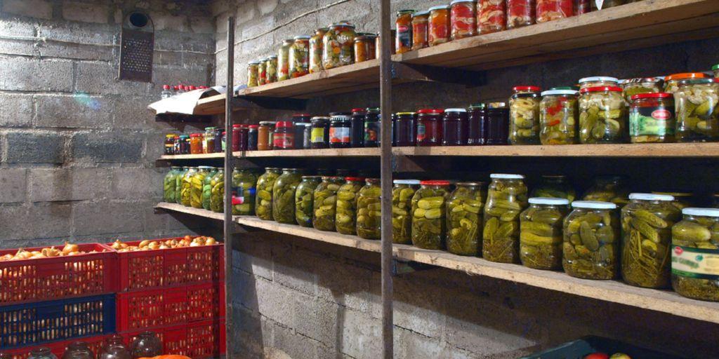 Россиянам напомнили о штрафах за хранение банок с соленьями в подвалах
