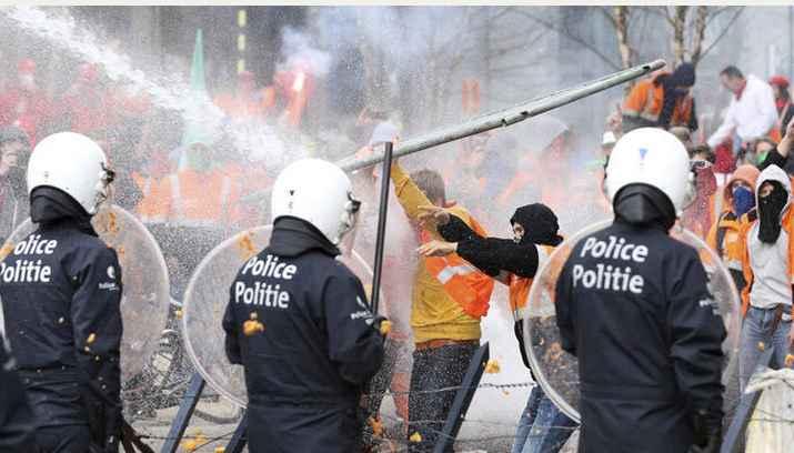 Полиция водомётами разгоняет многотысячную демонстрацию в самом сердце Европы