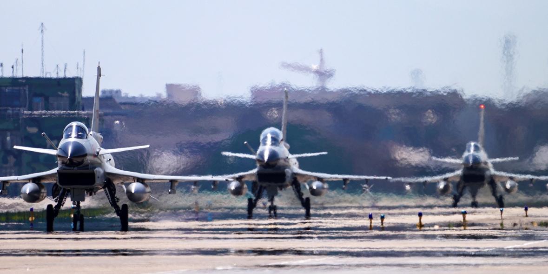 Китай направил к Тайваню полсотни боевых самолетов
