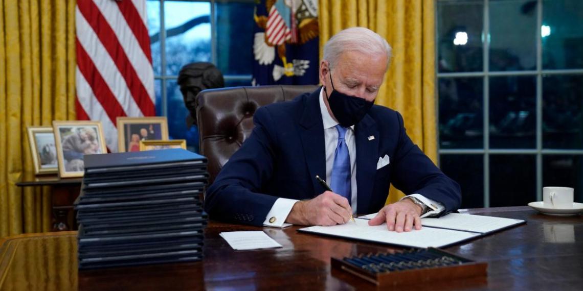 Байден убрал из Овального кабинета кнопку Трампа для вызова официанта с колой