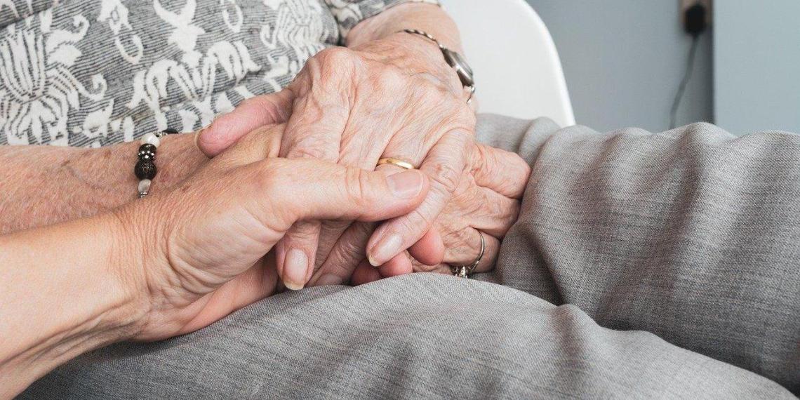 Россиянам упростили оформление выплат по уходу за пожилыми и инвалидами