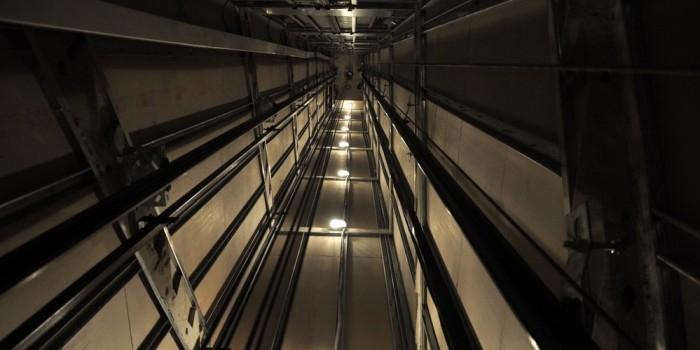 В Челябинске в жилом доме сорвался лифт с пассажирами