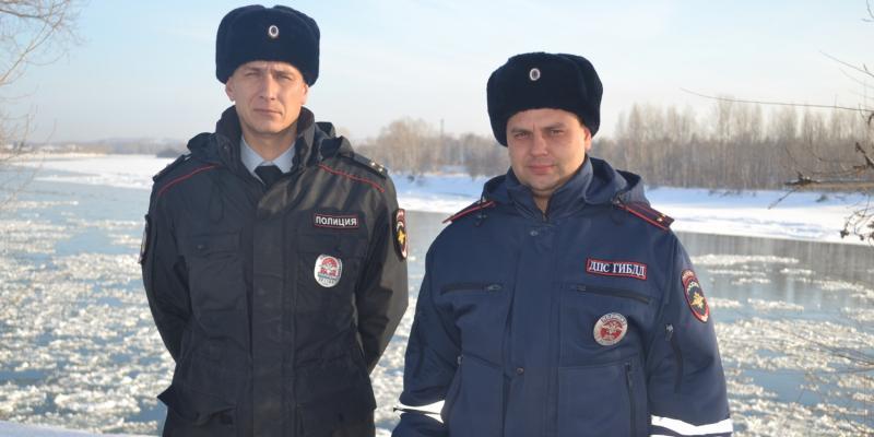 Под Красноярском гаишники потушили пожар, забросав огонь снегом