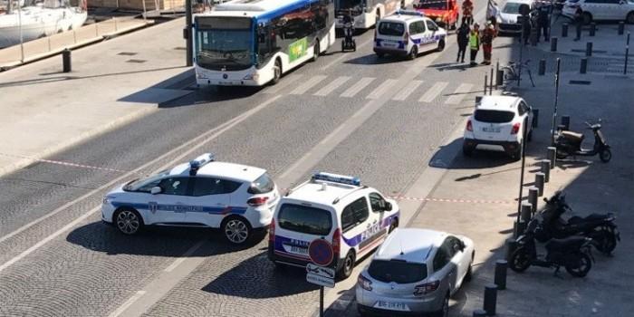 В Марселе автомобиль врезался в остановку, один человек погиб