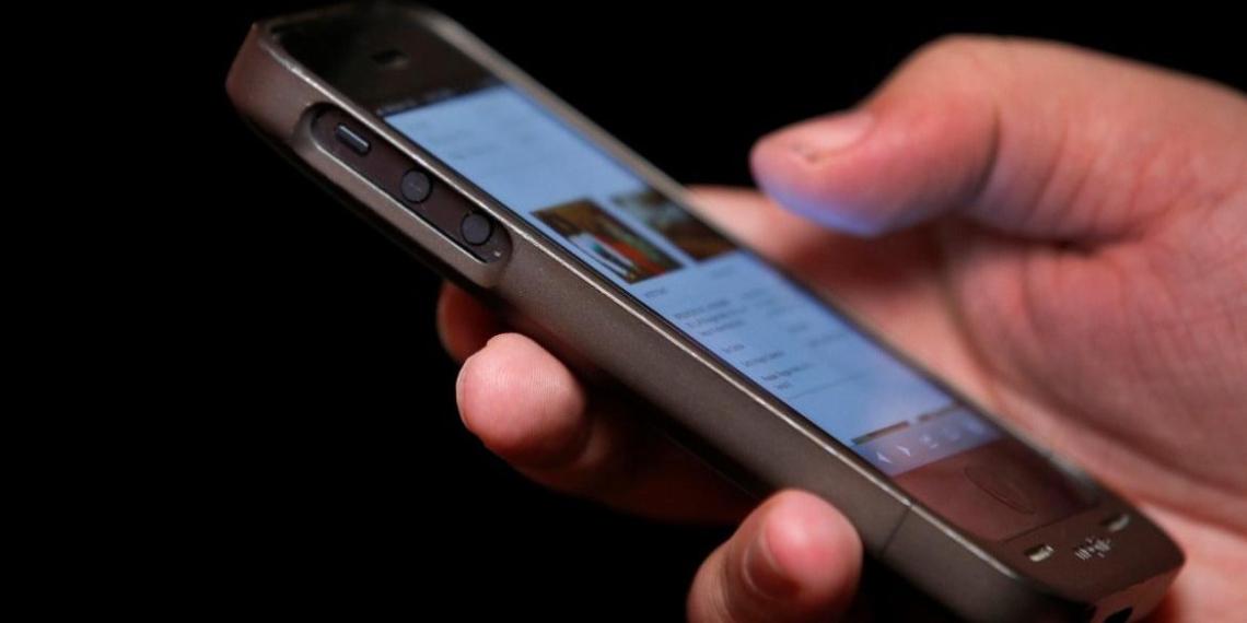 Преподавателей школ и вузов обяжут общаться только в российских приложениях
