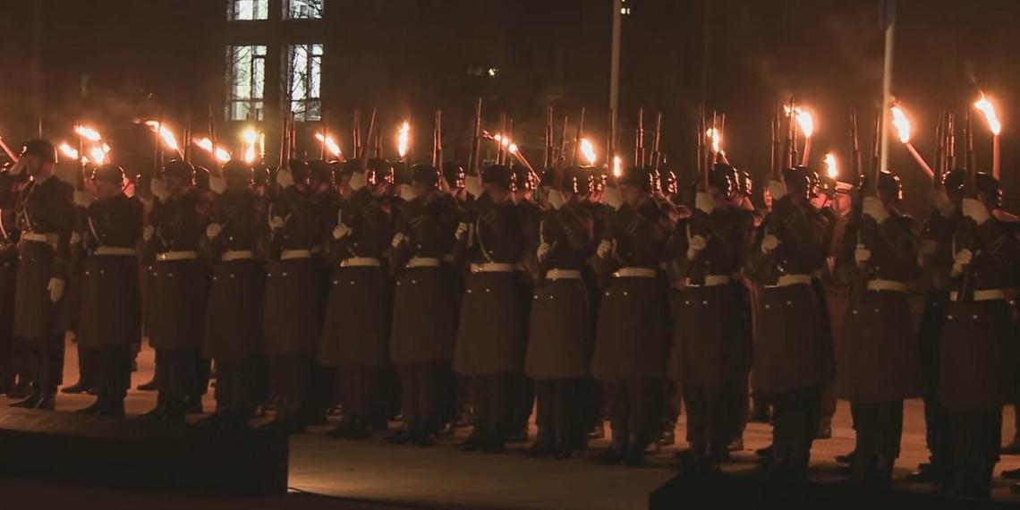 Возрождение старых военных традиций: немецкие солдаты провели факельное шествие перед бундестагом