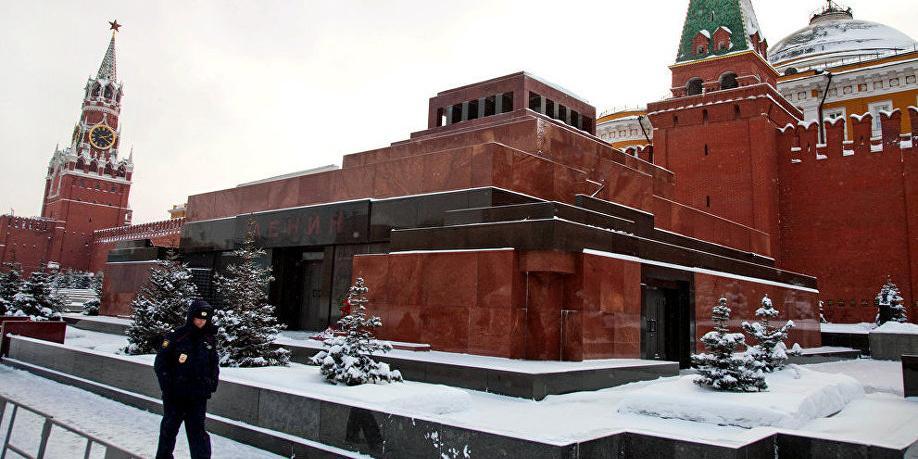 """В Москве мужчина облил маслом мавзолей Ленина с криками """"Вставай!"""""""