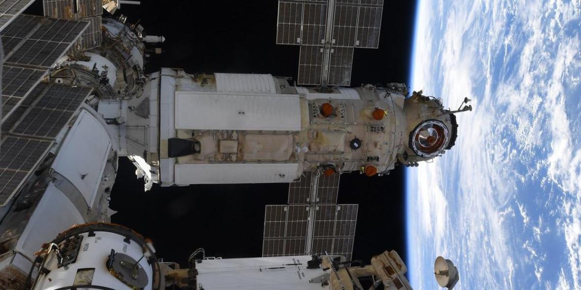 В российском модуле МКС резко упало давление