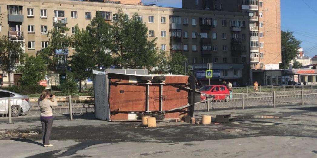 Очевидцы сняли сильнейший ураган в Екатеринбурге