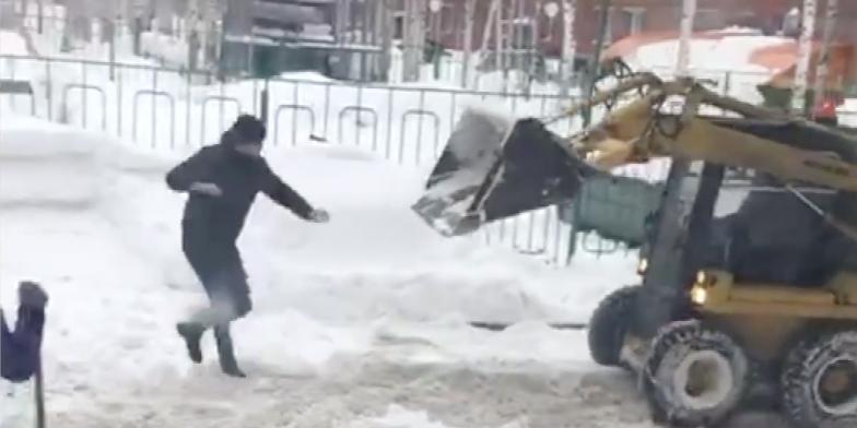 На видео попала драка сибиряка со снегоуборочным трактором