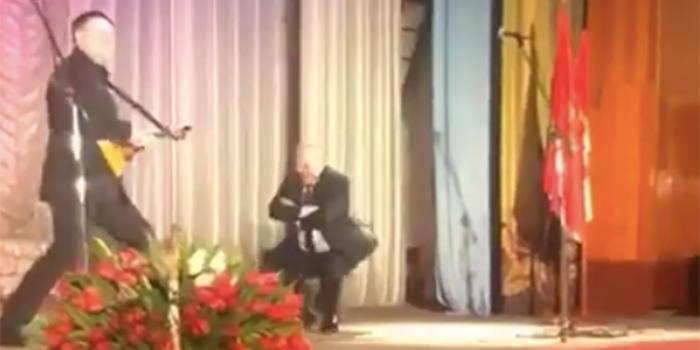 Красноярский чиновник отметил новую должность танцами вприсядку под балалайку