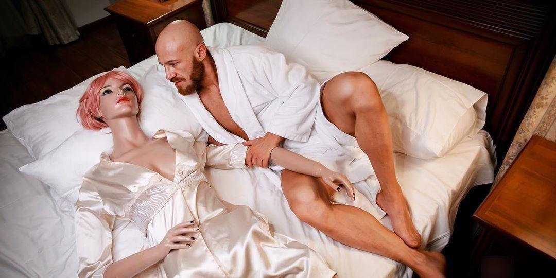 У женившегося на секс-кукле казаха сломалась жена спустя месяц после свадьбы