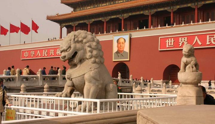 """Аналитик """"Синьхуа"""": Китай не должен верить Западу, душащему Россию"""