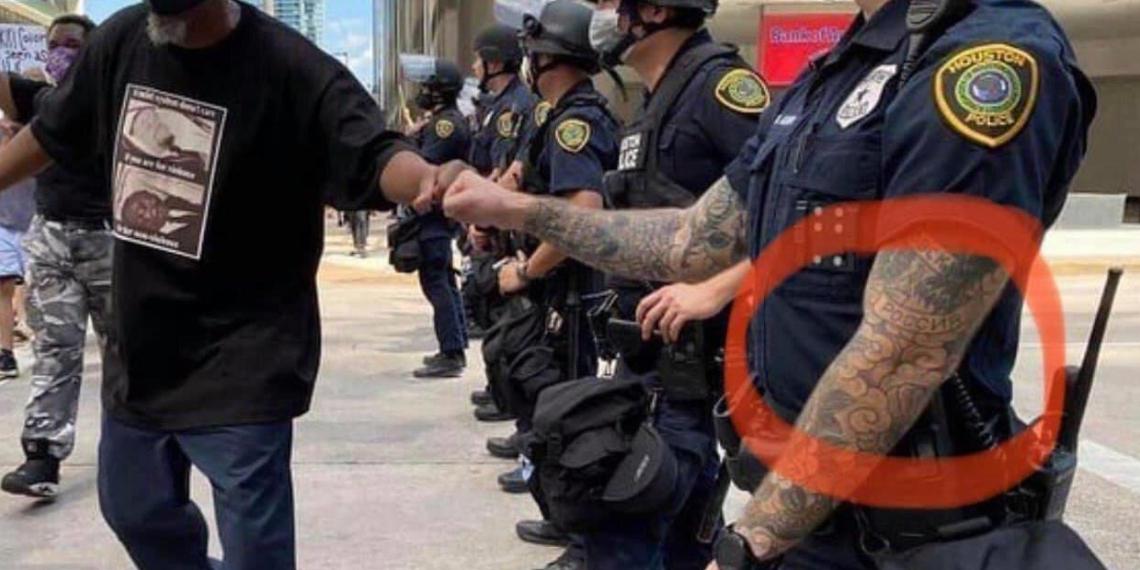 """Выяснена личность американского полицейского с татуировками """"Россия"""" и """"Хабаровск"""""""