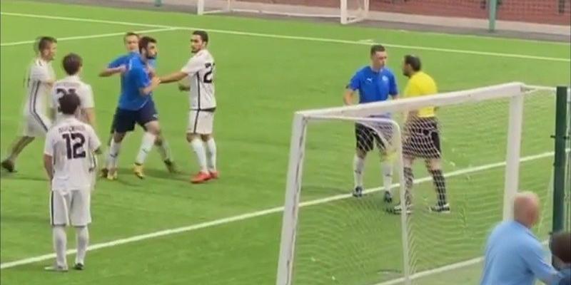 Российский судья напал на футболиста прямо на поле