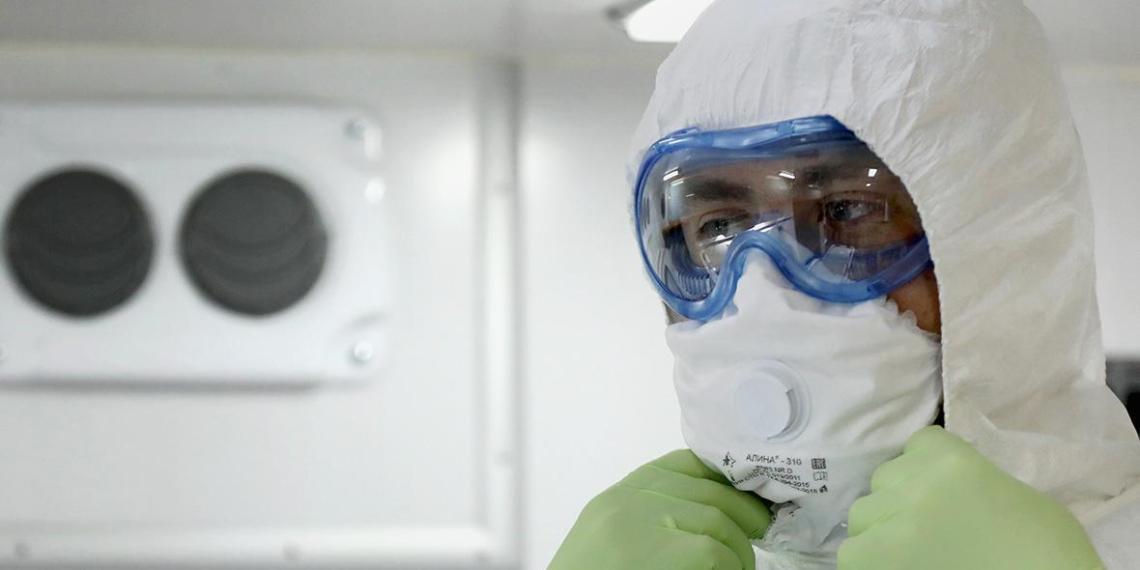 Главврач показал лица московских медиков после ночной смены с больными COVID-19