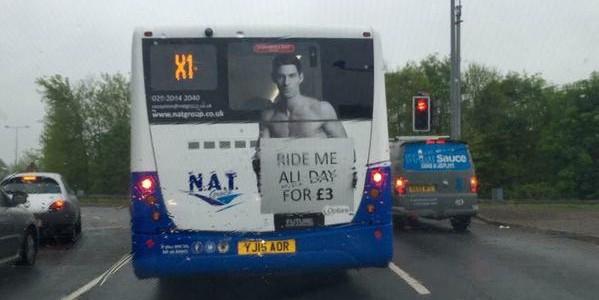 Британцы обвинили в сексизме рекламу на автобусах