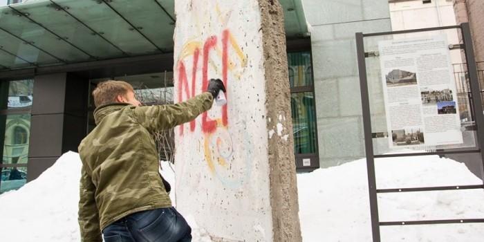 """Депутат Рады разрисовал обломок Берлинской стены из-за """"прокремлевской"""" позиции посла ФРГ"""