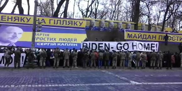 "Кортеж Байдена в Киеве встретили плакатами ""Biden go home"""