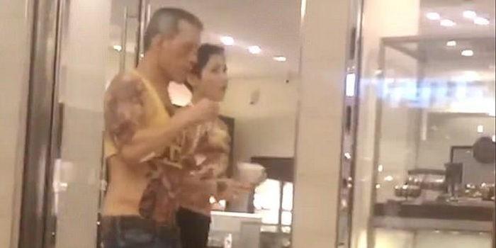64-летний король Таиланда отправился на шопинг в женском топике