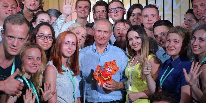 """Путину на """"Тавриде"""" подарили игрушечного тигренка"""