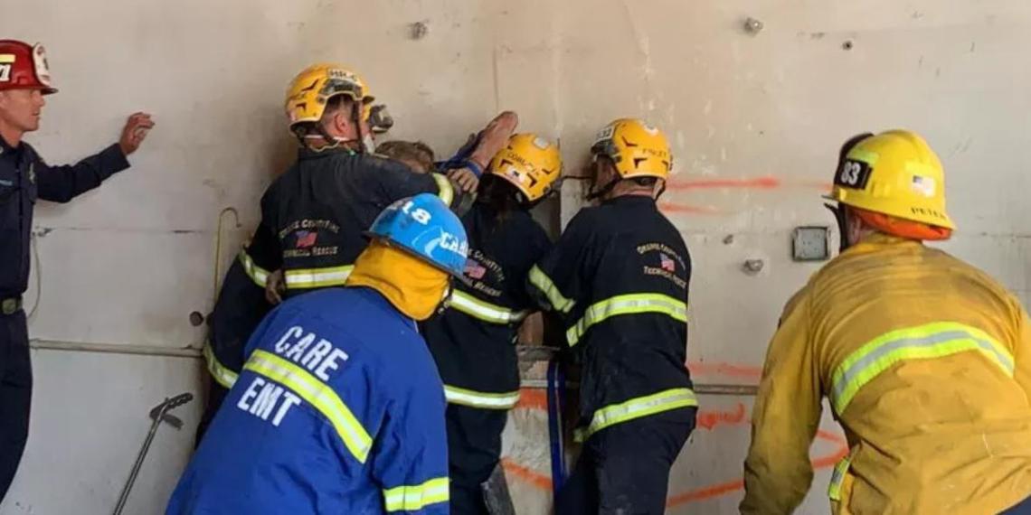 Голая женщина застряла вверх ногами между зданиями, удивив спасателей