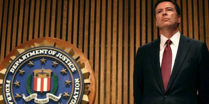 Трамп попросил директора ФБР, расследовавшего дело против Клинтон, остаться на своем посту