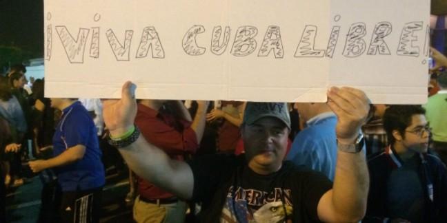 Кубинцы в Майами устроили фейерверк по случаю смерти Фиделя Кастро